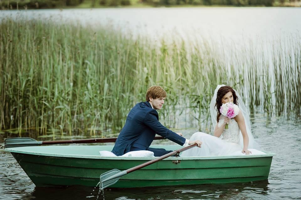 vestuviu fotosesija plaukiant valtimi sodyba pas sestoka