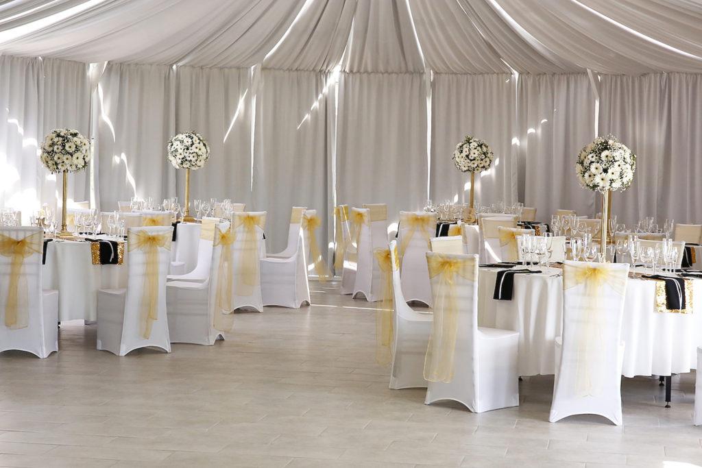 vestuviniai apvalus stalai sodyboje Pas Sestoka