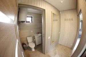 Holas ir vonios kambarys namelyje UPELIS - pirmas aukštas
